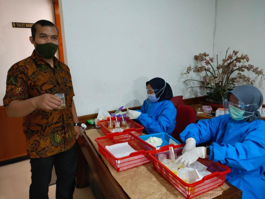 Pegawai Kementerian ESDM Batubara dan Panas Bumi jalani Tes Urin oleh BNN Kota Bandung